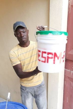 Partnerorganisationen von Fastenopfer informieren über Corona und verteilen Material zur Desinfektion.