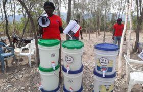 Haiti: Partnerorganisationen von Fastenopfer informieren über Corona und verteilen Material zur Desinfektion.