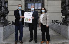 Die Petition wurde am 27. April von Yvan Maillard, Brot für alle, an zwei Vertreter/innen der Nationalbank in Bern übergeben. Foto: Fastenopfer/Patrik Kummer